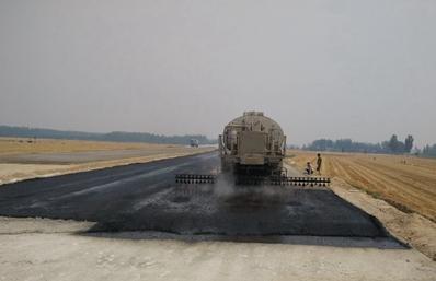 东风特商12吨沥青洒布车工作实拍图片