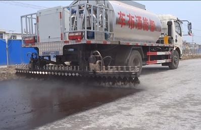 多利卡6吨沥青洒布车工作图片