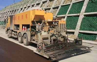 重汽后双桥稀浆封层车工作实拍图片