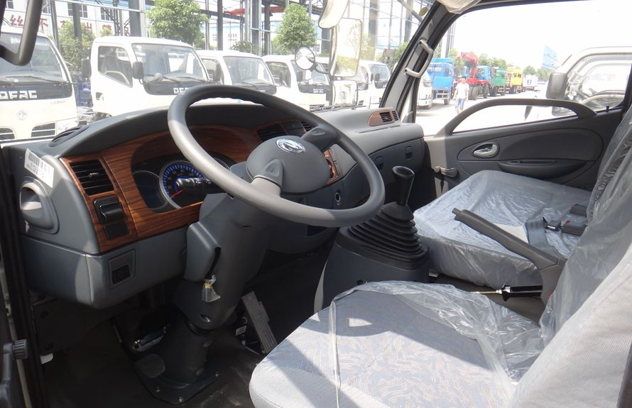 东风6吨沥青洒布车驾驶室图片
