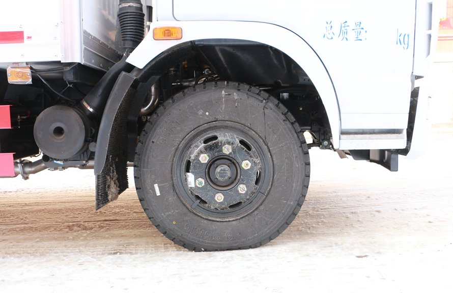 东风多利卡5.1米冷藏车轮胎图片