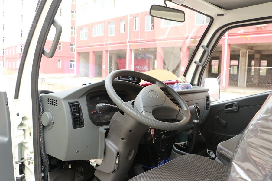 跃进小福星3.2米小型冷藏车方向盘图片