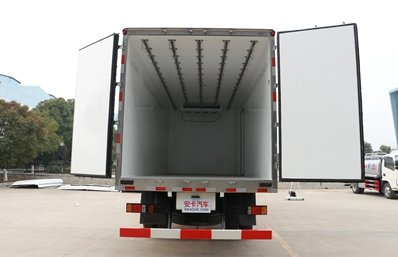 福田瑞沃6.8米冷藏车厢体内图片