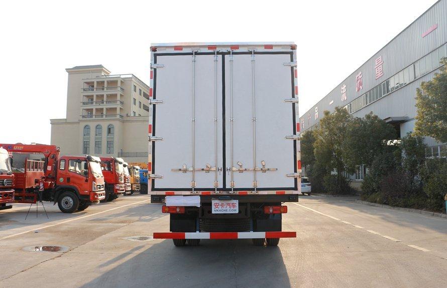 东风天锦7.4米冷藏车正后图片