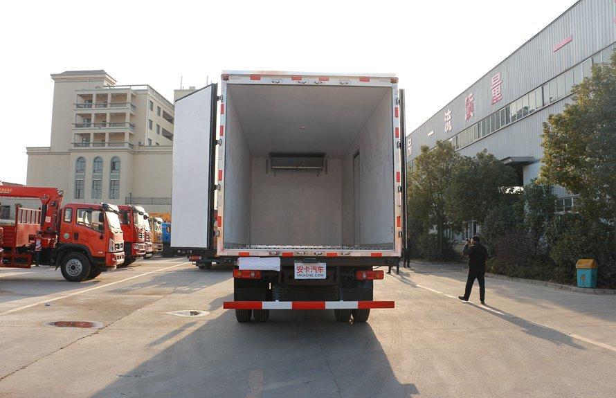 东风天锦7.4米冷藏车厢体图片