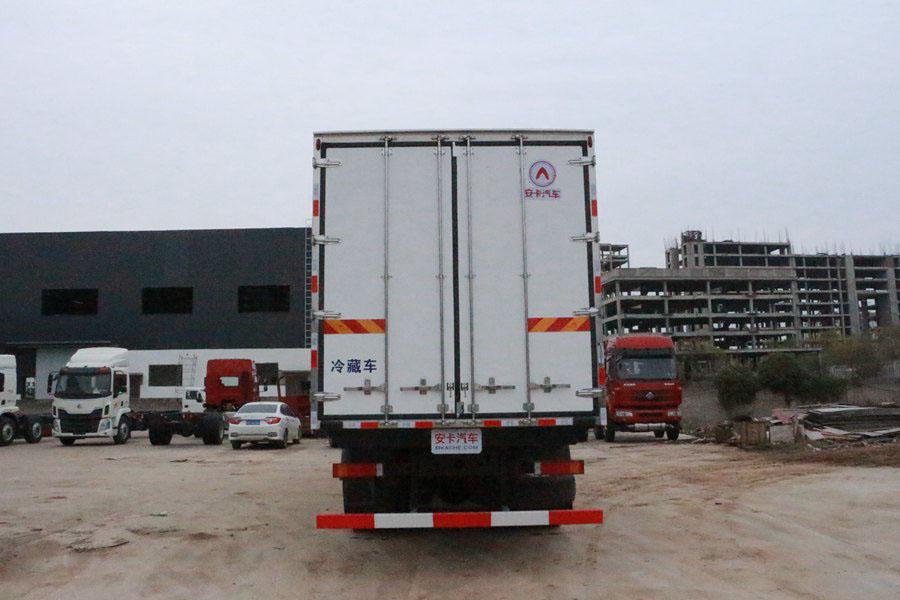 东风天龙9.6米冷藏车正后图片