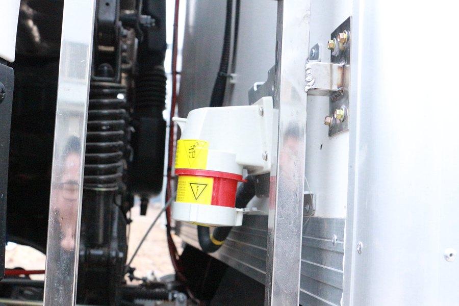 东风天龙9.6米冷藏车380V备电插口图片